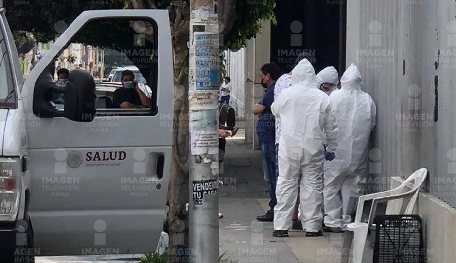 Con trajes de protección y mascarillas trasladan a paciente con Covid-19 al Hospital de Cholula (VIDEO)