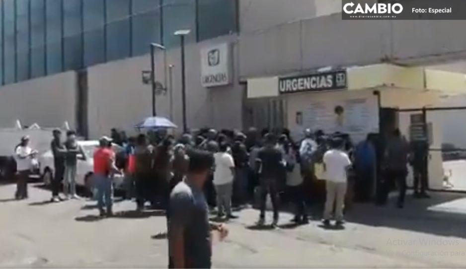 ¡Caos en IMSS La Margarita!  Familiares exigen información de pacientes Covid y olvidan la sana distancia