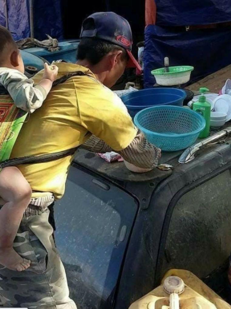 Albañil enviudó y para no dejar a su bebé lo carga en la espalda mientras trabaja .jpg