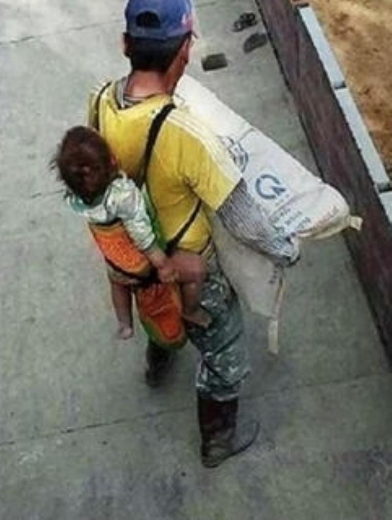 Albañil queda viudo y carga a su bebé en la espalda mientras trabaja.png