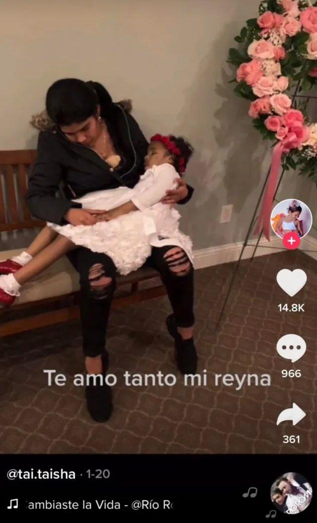 Mamá genera polémica por sacar de ataúd a su hijita y arrullarla por última vez.jpg