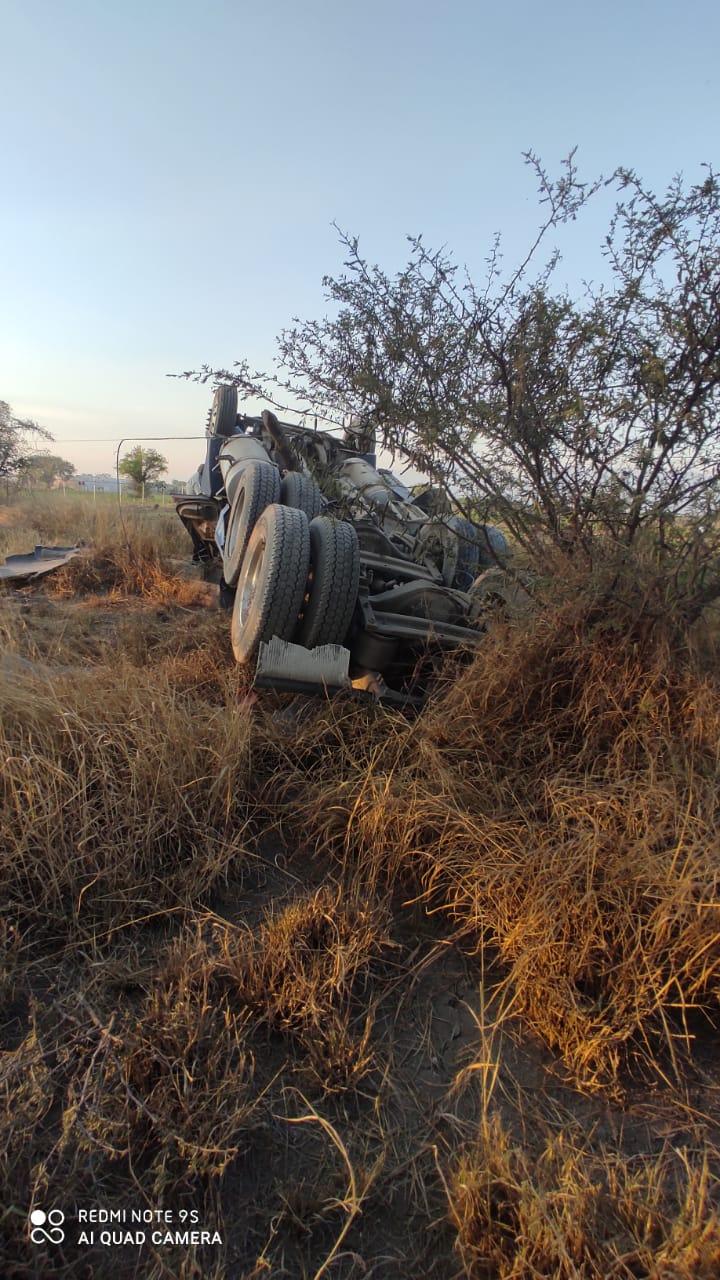 Tráiler volcó 30 metros en Tehuacán; conductor está gravemente lesionado.jpg