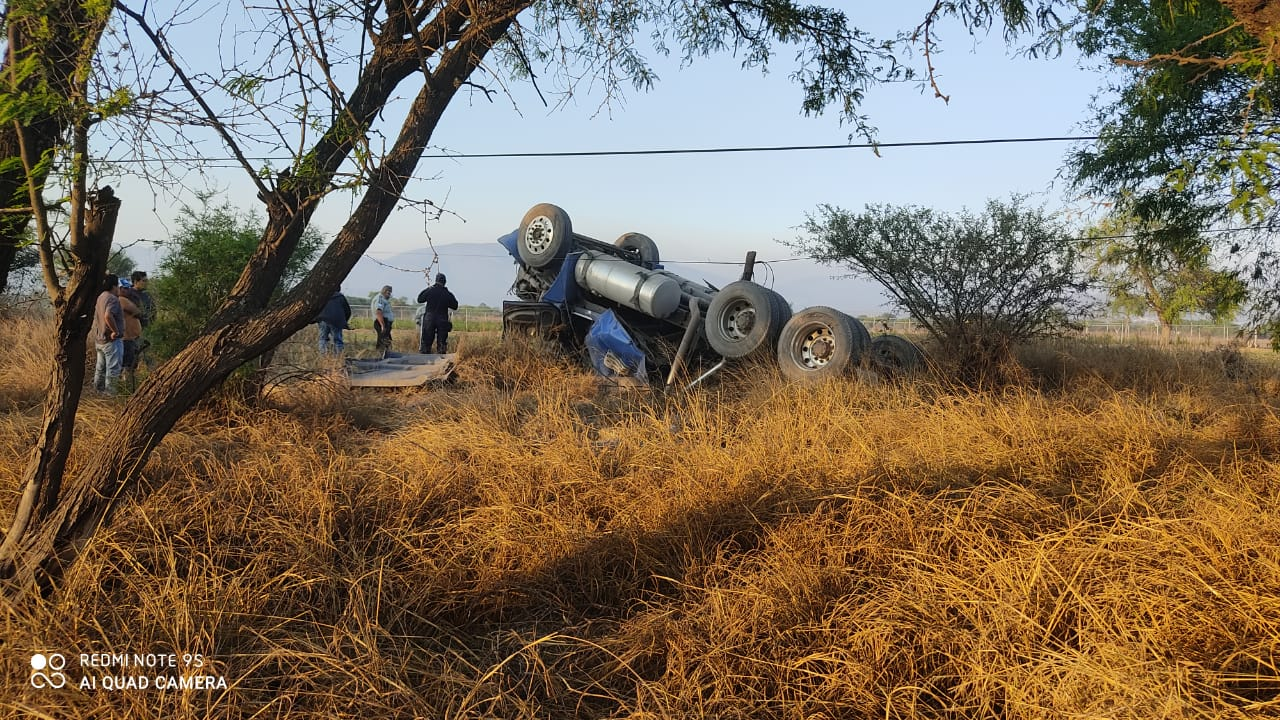 Tráiler vuelca 30 metros en Tehuacán; conductor está gravemente lesionado.jpg