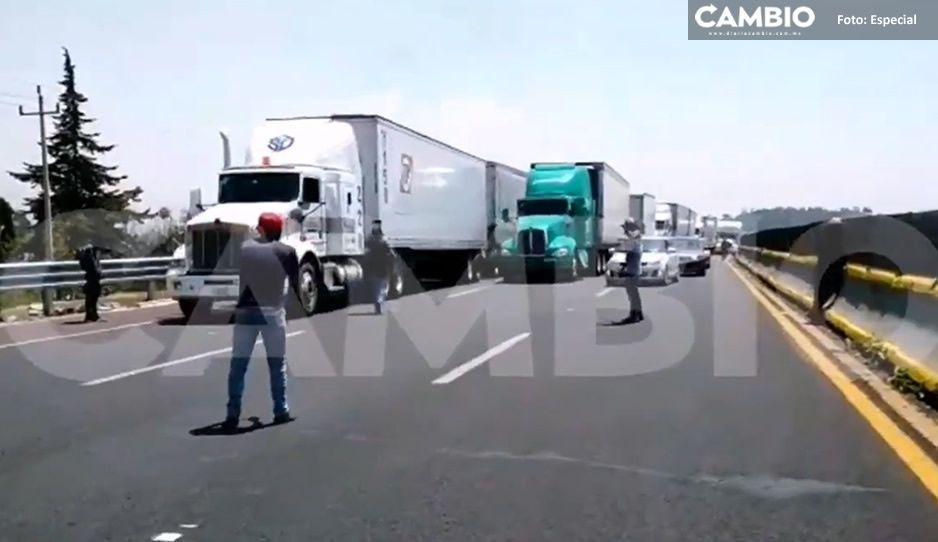 ¡Toma tus precauciones! Manifestantes no se van de la México-Puebla, sólo liberan un carril (VIDEO)