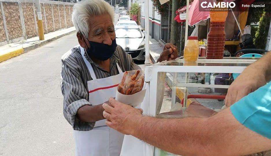 A sus 91 años, Don Jerónimo empuja su carrito para vender papitas en el SAT de Cholula ¡Ayúdalo!