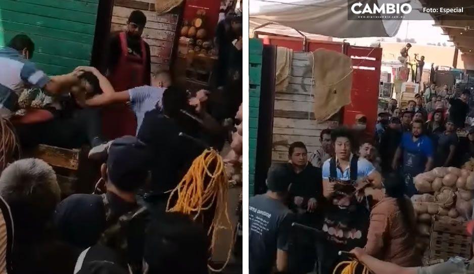 VIDEO: #LadyCinturonazos intenta frenar brutal pelea en Central de Abasto