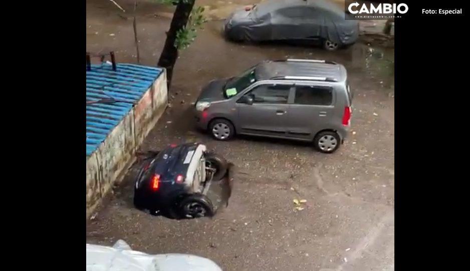 ¡Impactante! Se abre socavón y se traga un coche en la India (VIDEO)