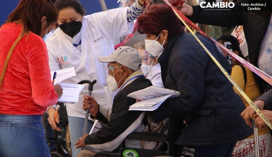 Por desorganización, abuelitos de Atlixco se forman para recibir vacuna CanSino 24 horas antes