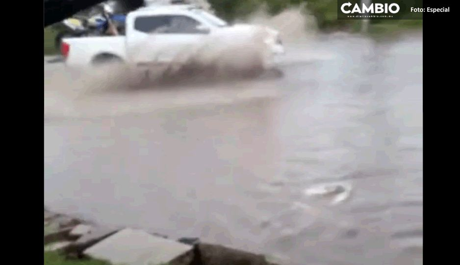 Fuertes lluvias inundan calles de San Francisco Ocotlán en Coronango
