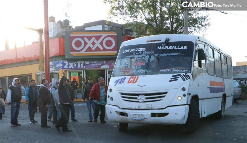 Pese a semáforo rojo, transporte público se atiborra en Puebla