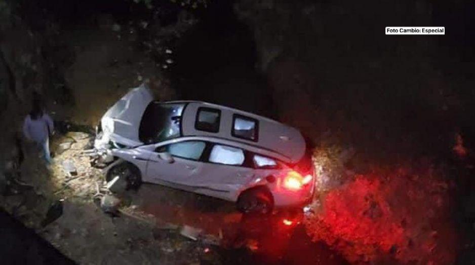 Camioneta sale volando y cae en barraca de carretera rumbo a Tecali