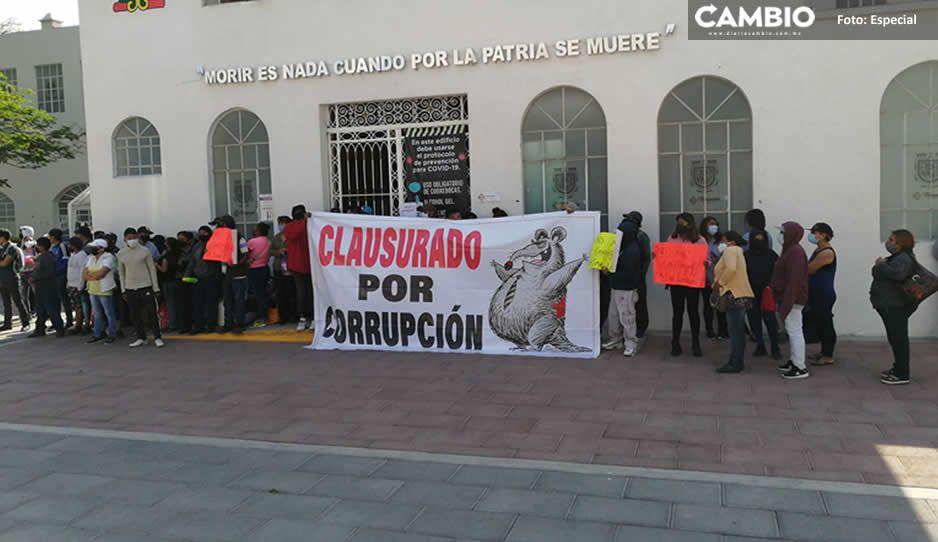 Suma 24 horas la toma del edificio municipal de Tehuacán, exigen clausurar gasolineras (FOTOS)