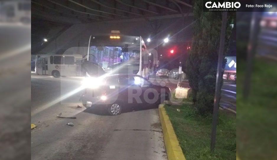 ¡Destrozado! Así quedó un chevy tras ser impactado por transporte RUTA frente a Plaza Loreto