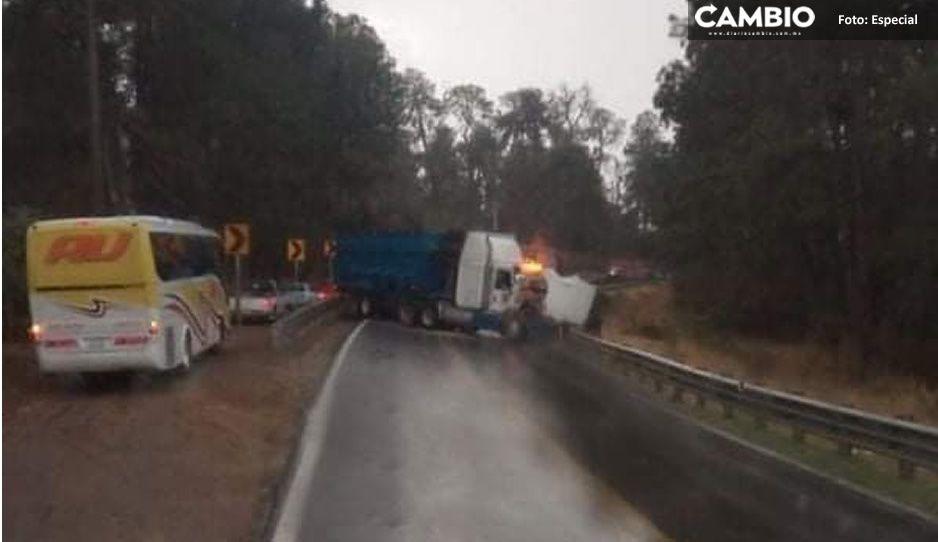 Aparatoso choque entre tráileres en Acatzingo deja cuantiosos daños materiales (VIDEO)
