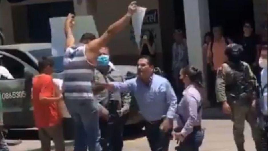 Gobernador de Michoacán empuja a maestro tras reclamo por invasión del narco (VIDEO)