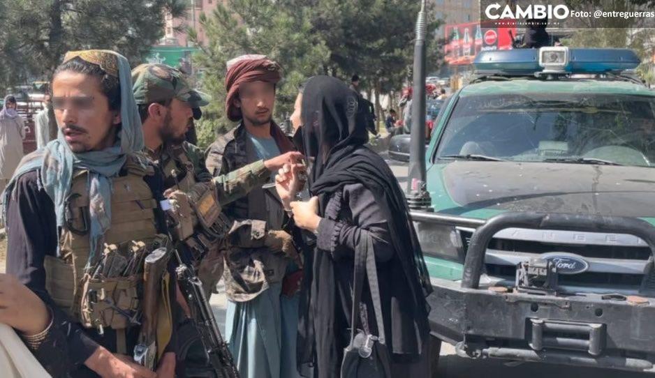 ¡Talibanes hijos de p…! así golpean a mujer por protestar en Kabul (VIDEO)