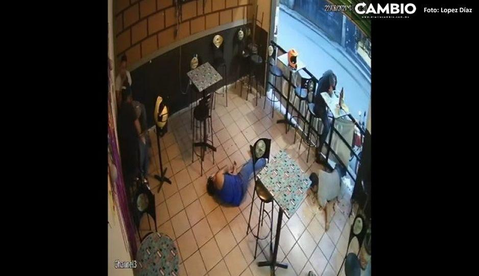 FUERTE VIDEO: Balacera en bar de Jiutepec deja un cliente muerto... así lo ejecutaron