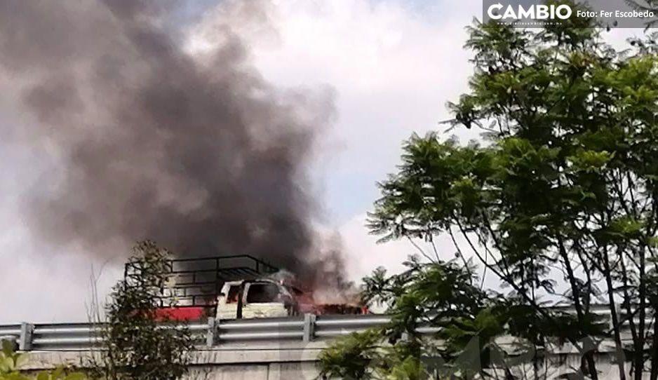 ¡Pobres animalitos! Camioneta con burritos se incendia en el Periférico (VIDEO)
