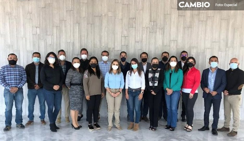 A escasas horas de tomar protesta, Paola Angón posa en FOTO con su nuevo equipo en Cholula