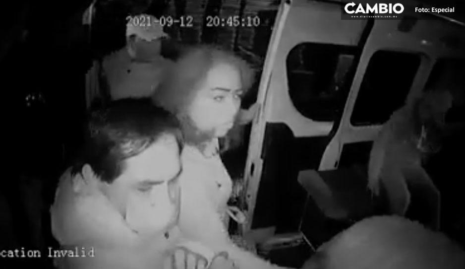 VIDEO: ¡Pasajeros héroes sin capa! Empujan y tiran a ladrones de una combi