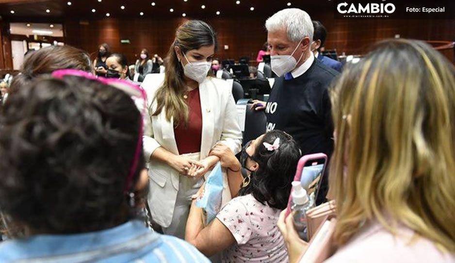 Mamá suplica de rodillas a diputados de Morena por medicamentos para su hijo con cáncer (VIDEO)