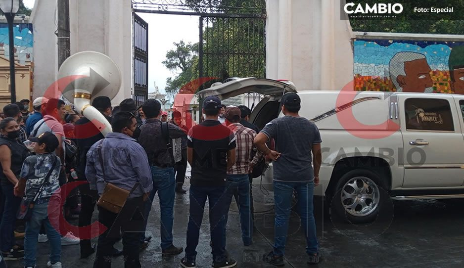 """Con aplausos y música norteña sepultan al """"Gran Danés"""", chofer de autobuses asesinado en Huauchinango"""