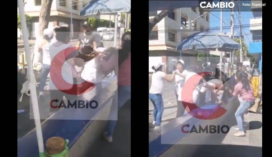 """VIDEO: Mujeres se agarran de las """"greñas""""; se disputan lugares de venta en Tehuacán"""