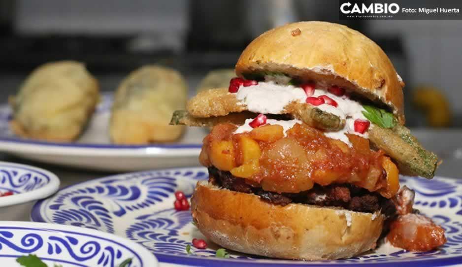 ¡Disfrútala por 259 pesos! Hamburguesa de chiles en nogada se vende en Fonda de Santa Clara