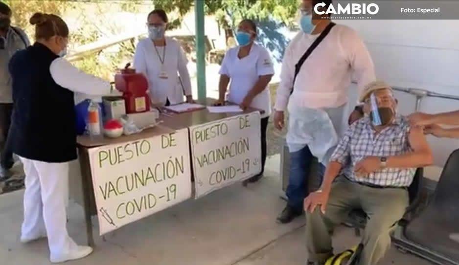 Llegaron 42 mil vacunas AstraZeneca para abuelitos; Don Rómulo, el primero en Acatlán (FOTOS)