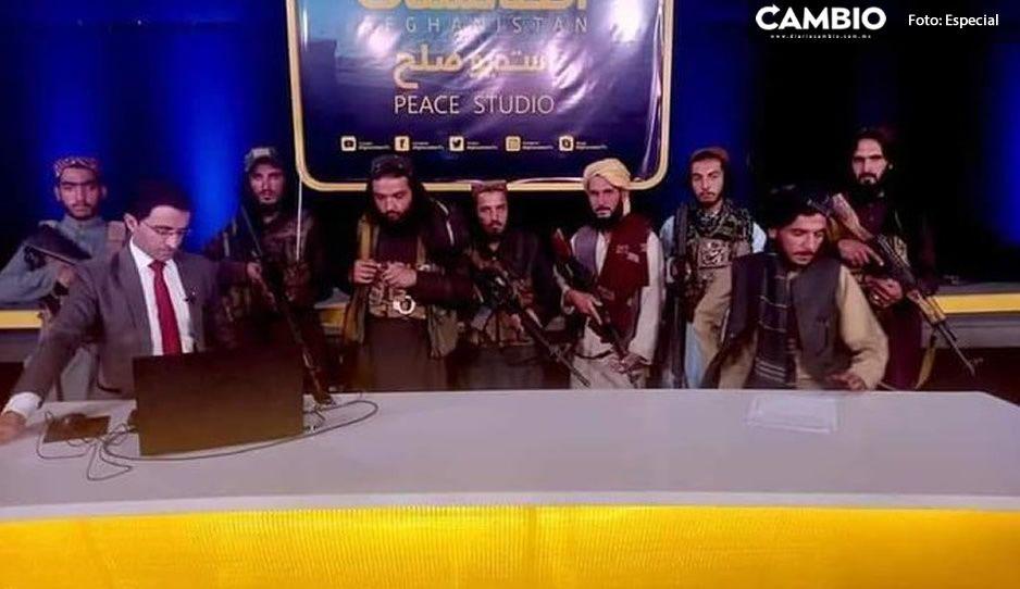 VIDEO: Conductor de noticias de Afganistán es rodeado por talibanes armados y se hace viral