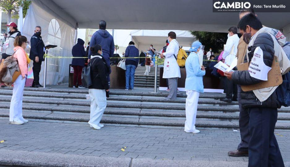 Camilleros se forman desde las 6 de la mañana para obtener vacuna en el ISSSTE