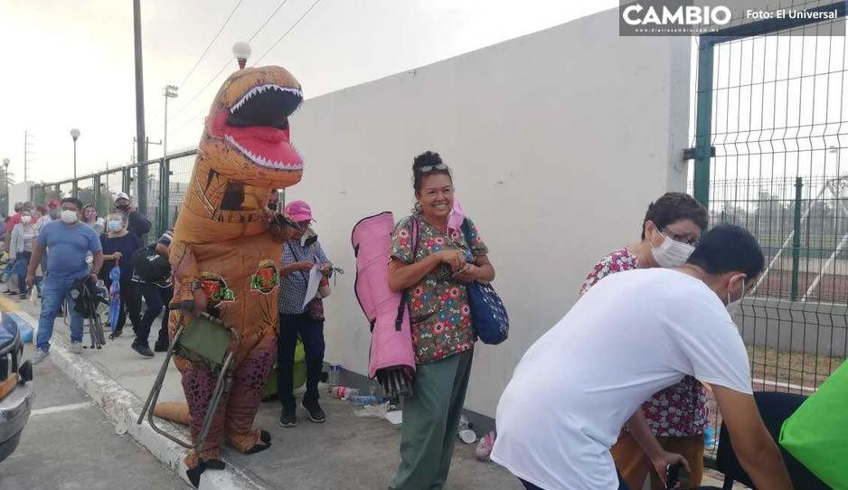 """Dinosaurio"" acompaña a su mamá a vacunarse contra Covid y causa sensación"