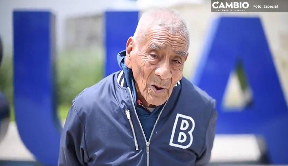 """""""Los sueños se tienen que hacer realidad"""": don Felipe tras graduarse de la BUAP a los 84 años (VIDEO)"""