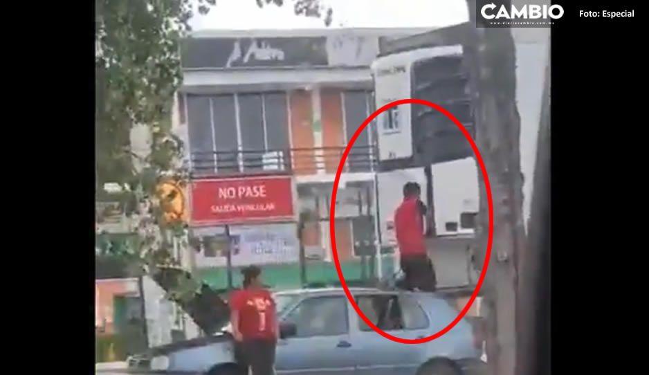 VIDEO: Así roban batería de un tráiler estacionado cerca de Plaza Bosques