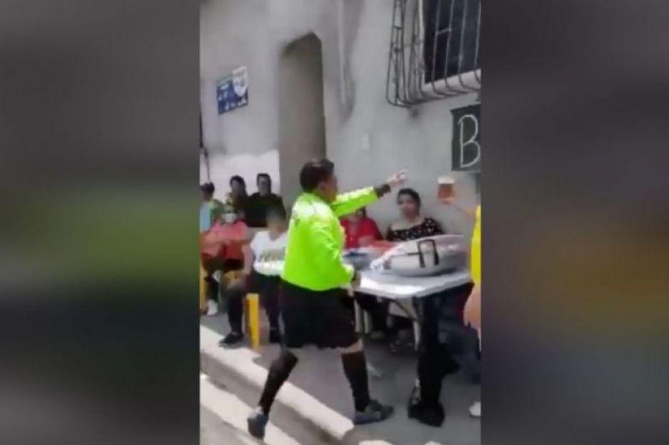 ¿Cómo se hidratan los árbitros en tu barrio? Señor justicia bebe cerveza al medio tiempo (VIDEO)