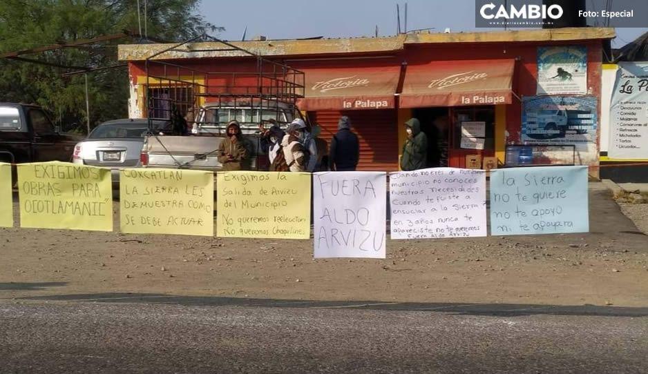 Explotan vs el edil de Coxcatlán que busca la reelección y cierran la carretera Tehuacán-Teotitlán (FOTOS)