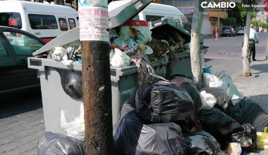 Vecinos llenan de deshechos la presidencia de Acajete; exigen servicio de recolección de basura