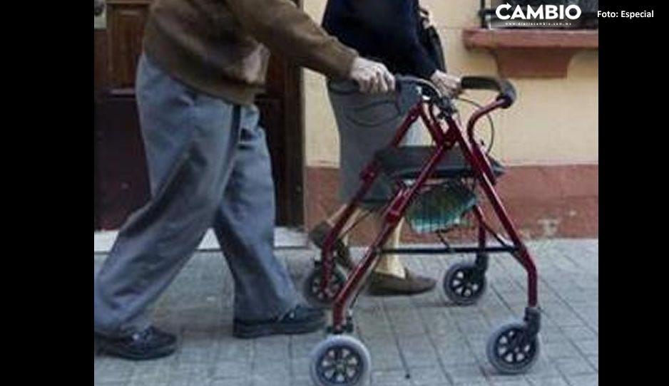 ¡Usurpadores! Jóvenes se disfrazan de abuelitos para recibir vacuna en CDMX