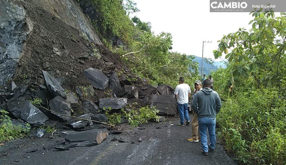 Lluvias provocan deslave de cerro y bloquea carretera entre Xicotepec y Tlacuilotepec