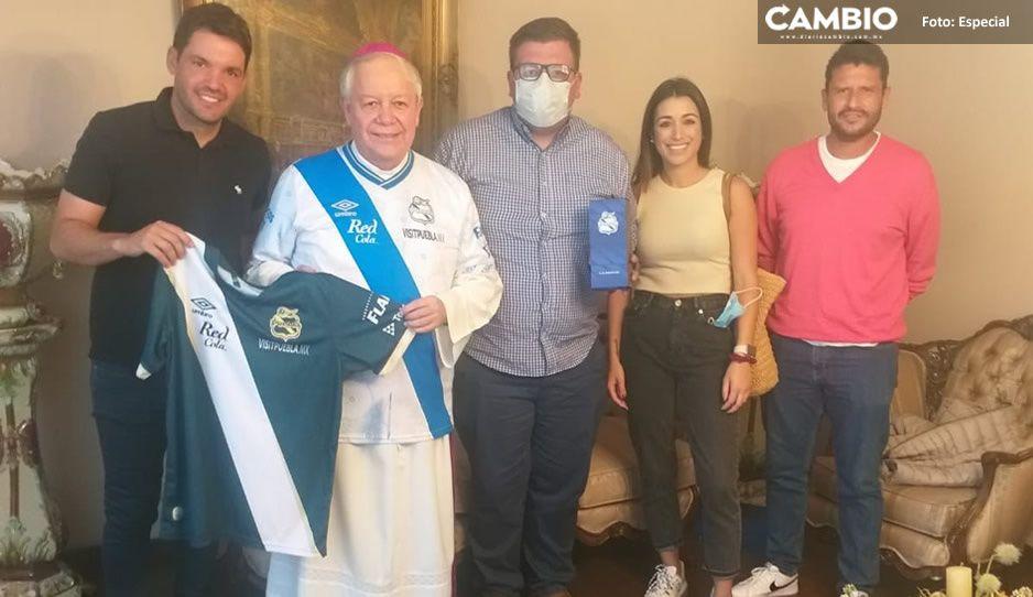 Arzobispo se pone la del Puebla; posa en FOTO junto a Larcamón y se hace viral