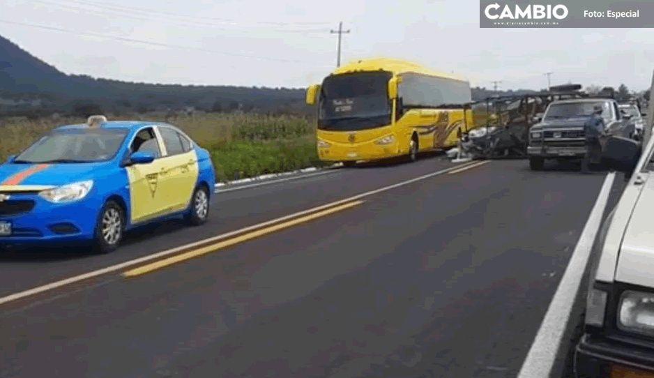 Camioneta de fierro viejo vuelca y detiene el tránsito en carretera El Seco-Azumbilla
