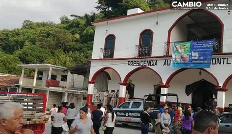Trabajadores del Ayuntamiento de Jopala toman la presidencia ante la falta de nomina