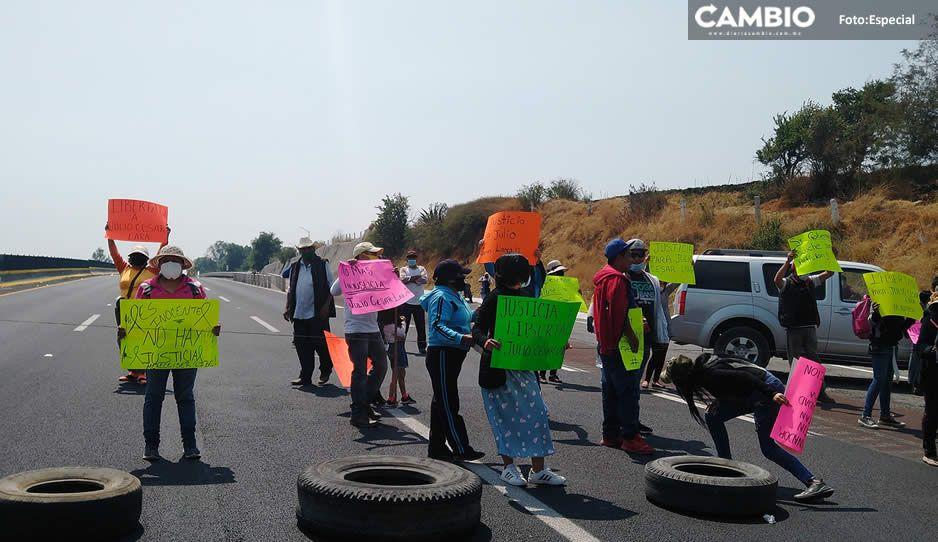 Protestan vecinos enfurecidos de Tepatlaxco; afirman que estatales le 'sembraron' droga a un joven para detenerlo (VIDEO)