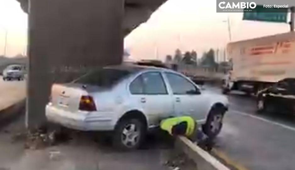 ¡Caos vial! Jetta queda sobre un camellón tras estamparse en la México-Puebla (VIDEO)