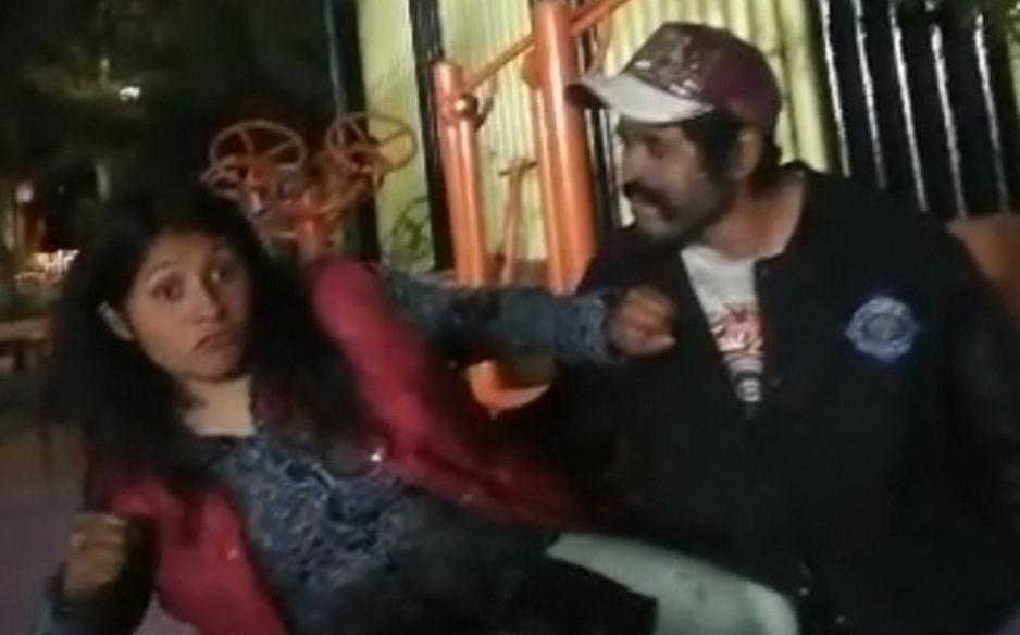 Chica 13 golpea al acosador Capulina luego de que intentó besarla durante borrachera (VIDEO VIRAL)