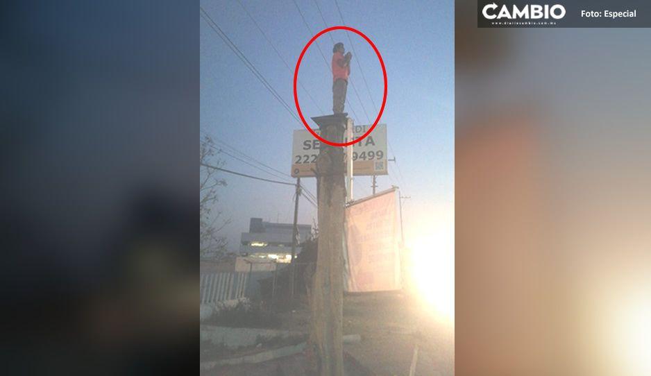 Bomberos rescatan a drogadicto que intentó aventarse de un tronco de 8 metros en Atlixco (FOTO)