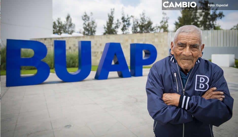 Los sueños se tienen que hacer realidad: Don Felipe por graduarse de la BUAP a los 84 años (FOTOS Y VIDEO)