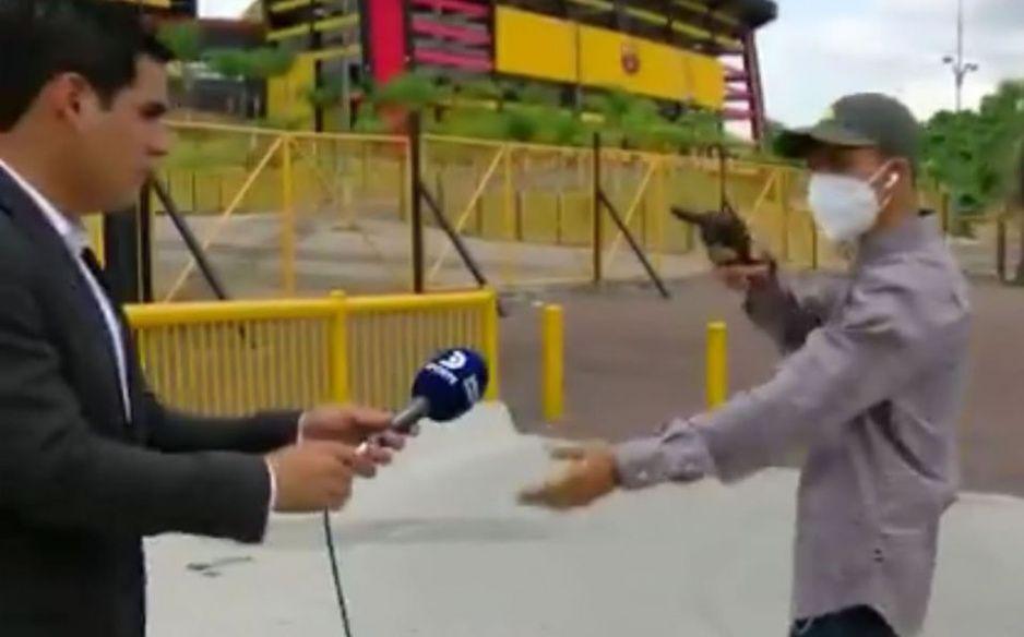 Captan el momento exacto de asalto a mano armada a reportero (VIDEO)