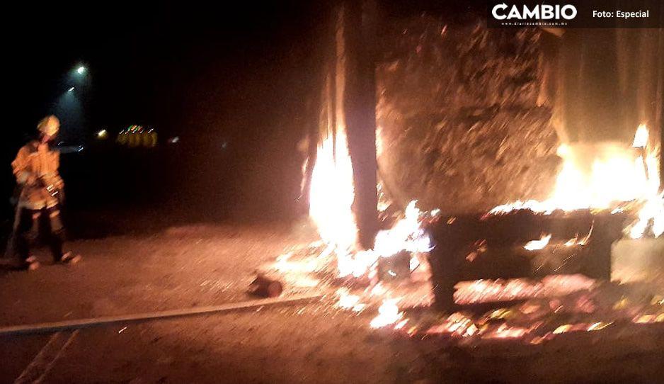 ¡Quedó en cenizas! Se incendia camión que transportaba papel en la México-Tuxpan