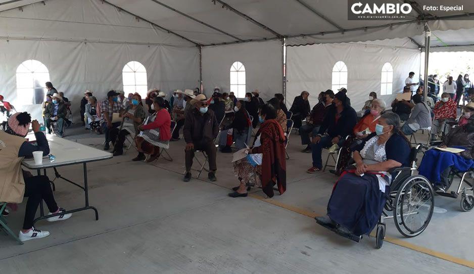 Abuelitos de Huixcolotla y Palmar de Bravo esperan más de cuatro horas la vacuna AntiCovid